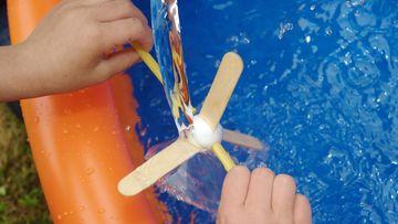 Foto, das ein selbstgebautes Wasserrad zeigt