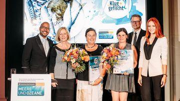 """Die Gewinnerinnen des Rezeptwettbewerbs """"Klug gefischt"""" gemeinsam mit mit Bundesforschungsministerin Johanna Wanka und JurorInnen"""
