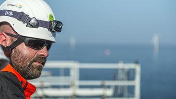 Der Ingenieur Christof Huß bei der Arbeit auf einer Offshore-Windpark in der Nordsee