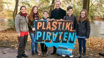 Foto, das Thomas Rachel, die Lehrerin Jeannette Röper und Plastikpiraten zeigt