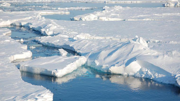 Das Meereis der Arktis verändert sich wie Gletscher und Eisschilde in einem sich erwärmenden Klima