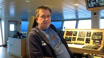 Foto, das Hans Hritz, der seit 40 Jahren zur See fährt und unterschiedliche Delikatessen aus dem Meer fischt, zeigt