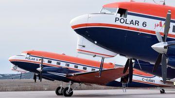 Foto, das die beiden Forschungsflugzeuge, die in der Arktis und in der Antarktis forschen, zeigt.