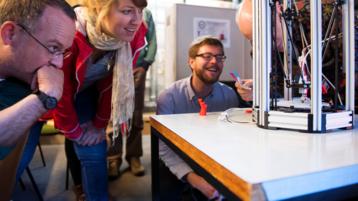 Wissenschaftlerinnen und Wissenschaftler arbeiten mit einem 3D-Druckers