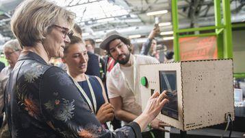 Die Bundesministerin Frau Karliczek testet die künstliche Intelligenz Berufs-Agentur (KIBA).