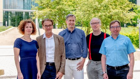 "Das Forscherteam des Projekts ""Deep Movement Diagnostics"" (von links): Prof. Melanie Wilke und Prof. Mathias Bähr, beide Universitätsmedizin Göttingen, Prof. Alexander Gail, Deutsches Primatenzentrum, Prof. Florentin Wörgötter, Universität Göttingen, und Prof. Hansjörg Scherberger, Deutsches Primatenzentrum. Foto: Karin Tilch"